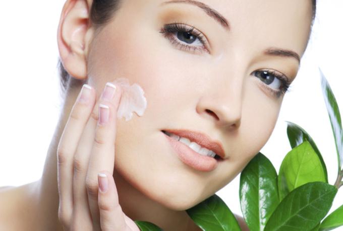 woman-moisturizer